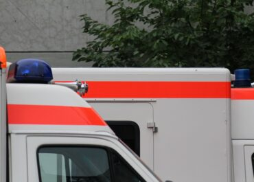 Karetka zderzyła się z tramwajem na skrzyżowaniu ul. Przybyszewskiego i Marcelińskiej
