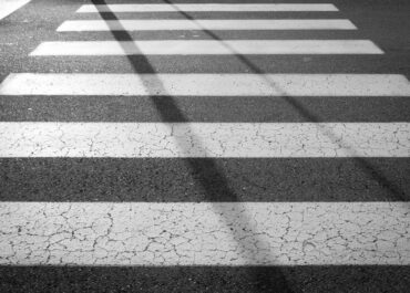 Potrącenie pieszego na ul. Marka z Aviano. Policja szuka sprawcy i świadków