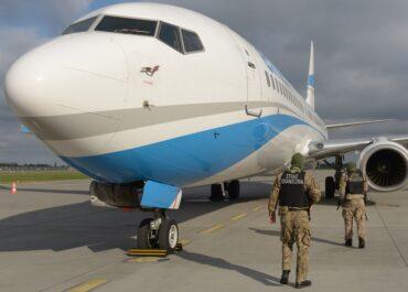 Ignorowała polecenia załogi samolotu. Została wyprowadzona przez straż graniczną na lotnisku Poznań-Ławica