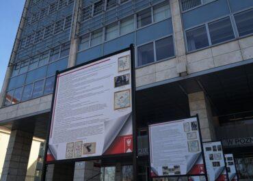 Wystawa poświęcona pamięci Powstania Wielkopolskiego przed gmachem Urzędu Wojewódzkiego