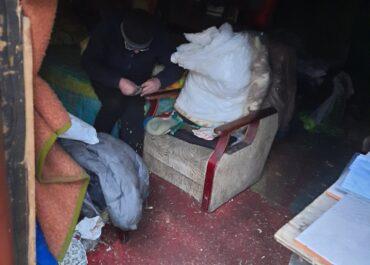 Bezdomny mężczyzna uskarżał się m.in. na ból w klatce piersiowej, pomogli mu strażnicy miejscy