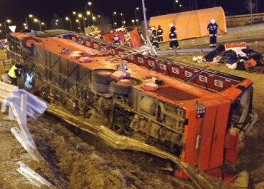 Jadący z Poznania autokar rozbił się na Podkarpaciu. Sześć osób nie żyje