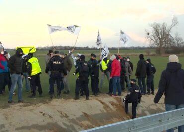 """Działacze """"Agrounii"""" próbowali przedrzeć się do premiera otwierającego drogę we Wrześni"""