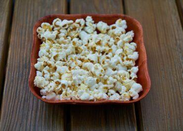 Dzik jest dziki i… chce się najeść popcornu