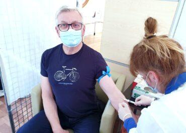Jacek Jaśkowiak w grupie badawczej poznańskich naukowców. Badają poziom odporności na koronawirusa w społeczeństwie