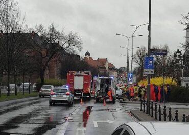 Wypadek na ul. Solnej – samochód uderzył w słup