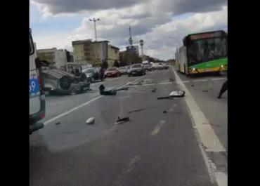 Zderzenie samochodów na skrzyżowaniu ul. Szeligowskiego i Opieńskiego, jeden z pojazdów dachował