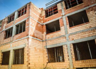 Rozbudowa szkoły na Podolanach przebiega zgodnie z planem. Obok powstaje aula i pomieszczenia Biblioteki Raczyńskich