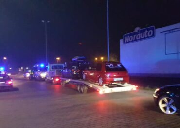 Policja wkroczyła na nielegalny zlot samochodów.