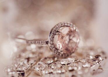 Pracownice okradały firmę, a następnie sprzedawały drogą biżuterię na portalach aukcyjnych