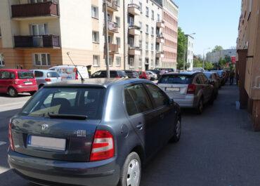 Kierowcy jeżdżą pod prąd i parkują na chodnikach ignorując zmiany w organizacji ruchu na ul. Potockiej