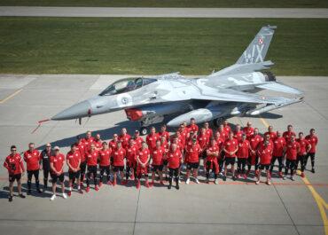 Piłkarska reprezentacja Polski odwiedziła bazę lotnictwa taktycznego w Krzesinach
