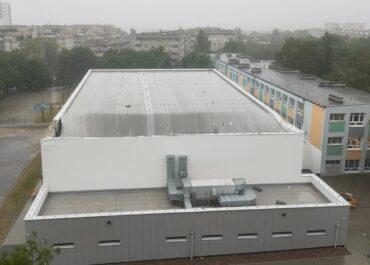 Ulewa oberwała część dachu na hali sportowej na os. Pod Lipami (Aktualizacja)