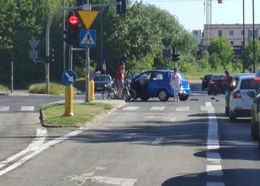Wypadek na skrzyżowaniu ul. Hetmańskiej i Dmowskiego, droga zablokowana
