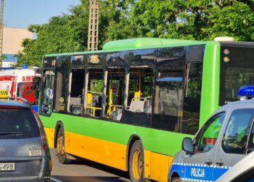 Na ul. Opolskiej autobus linii nr 175 uderzył w drzewo, ruch wahadłowy