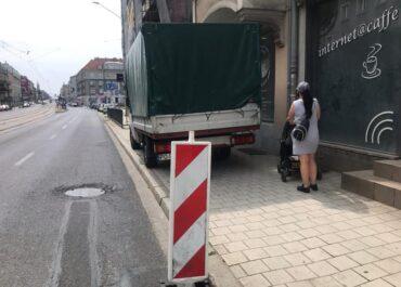 Na całej szerokości chodnika mimo zakazu zatrzymywania się. Kierowca ukarany przez przejeżdżający obok patrol