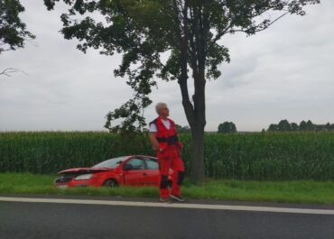 Samochód wpadł do rowu, utrudnienia na DK32