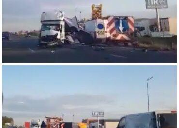 Samochód wjechał w pojazdy służby drogowej na S11, nie żyją dwie osoby (Aktualizacja)