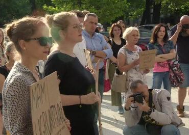 """""""Chciałby stworzyć szkołę, która będzie indoktrynować i stworzy idealnego wyborcę PiS"""" – protest przeciw ministrowi Czarnkowi"""