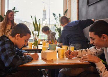 Hotele i restauracje tylko dla dorosłych? Strefy publiczne bez dzieci mogą naruszać prawo