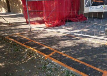 Styropian w całej okolicy i uszkodzony chodnik, czyli efekty nieodpowiednich działań na placach budowy