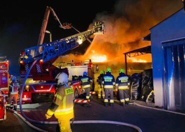 Nocny pożar hali w Robakowie