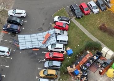 Na os. Tysiąclecia wiatr zerwał dach, który zniszczył samochody