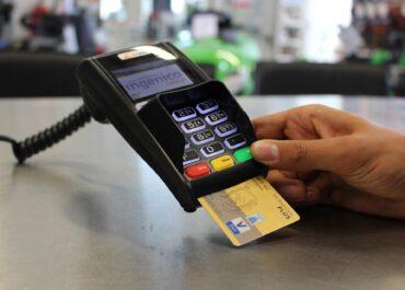 """""""Płatność tylko kartą""""? Sklepy nie mogą odmówić płatności gotówką"""