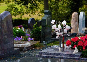 Kwiaty, znicze, ozdoby na groby – przed cmentarzem komunalnym stanie kiermasz